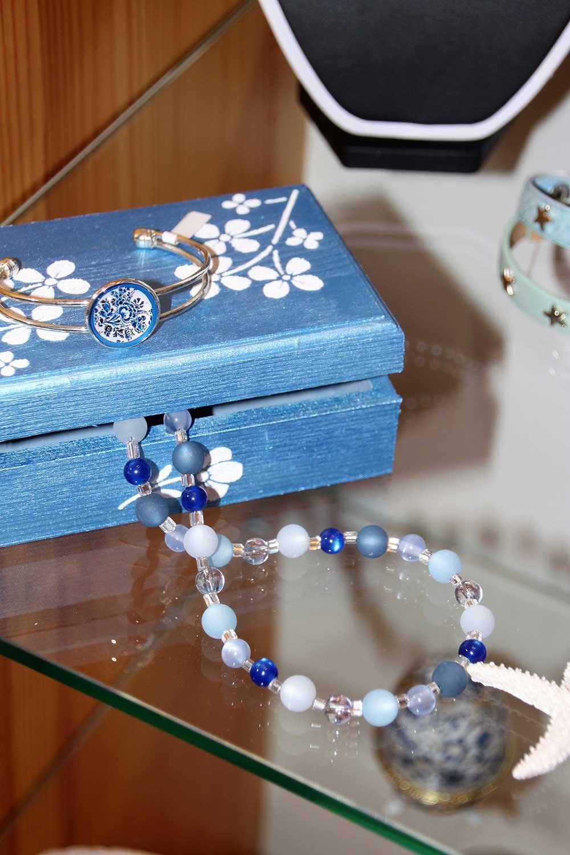 Kleine Kunststube - Kunstgewerbe - Blaue Kette mit Schachtel