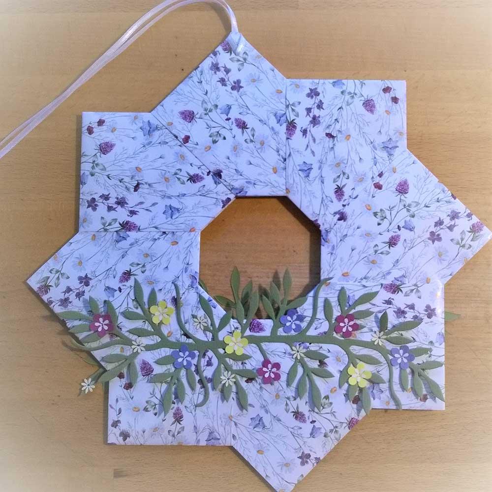 Kleine Kunststube - Kunstgewerbe - Papierkranz mit Blütenzweig