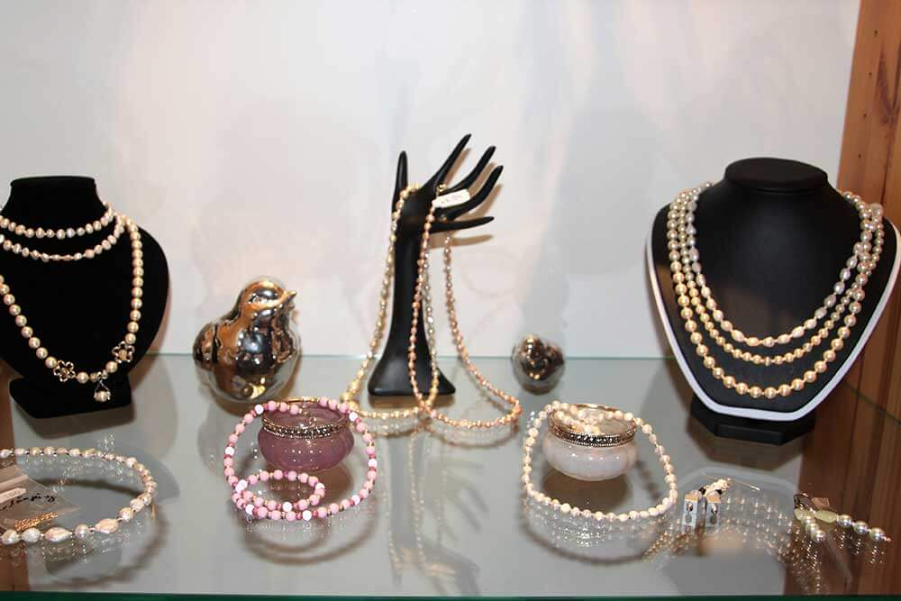 Kleine Kunststube - Kunstgewerbe - Perlenkette Vitrine
