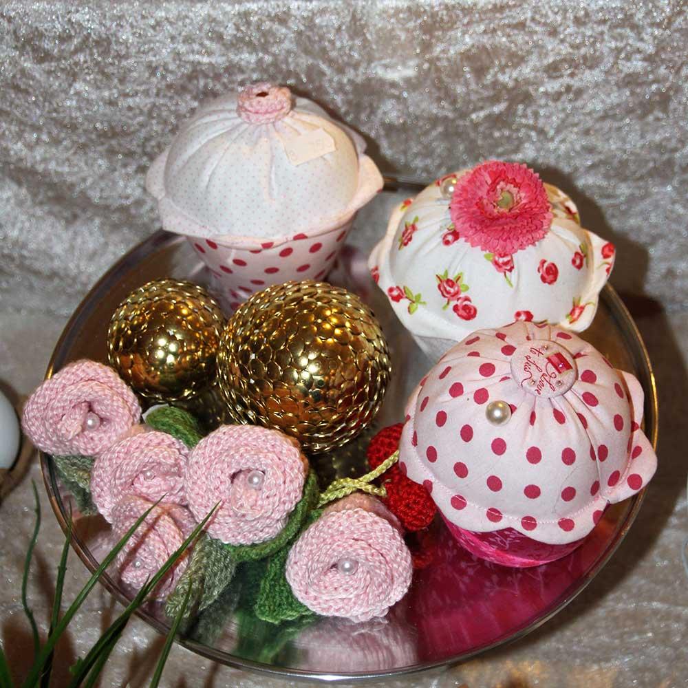 Kleine Kunststube - Kunstgewerbe - Stoffmuffins Rosen und Reisszweckkugeln